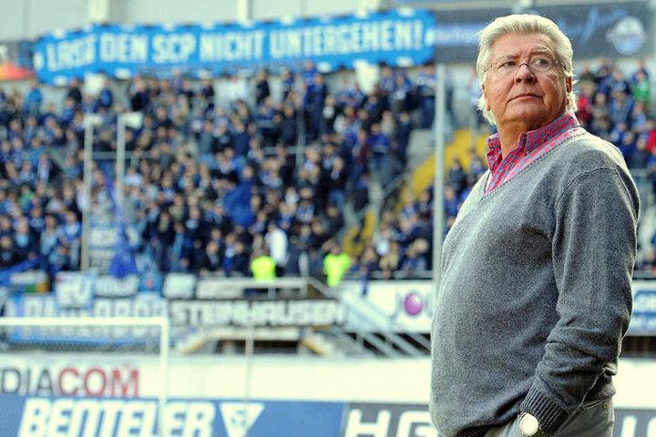 """Wilfried Finke hat aktuellen einen schweren Job. Seine Fans stehen zum Club: """"Lass den SCP nicht untergehen!"""" steht auf dem Banner."""