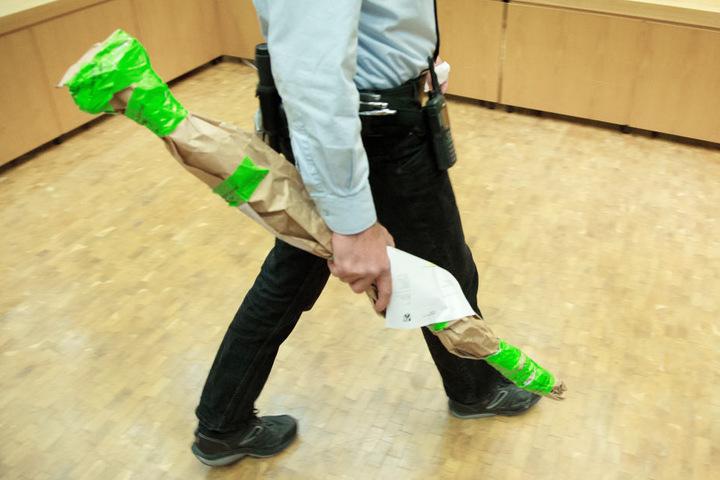 Mit einem Spatenstiel soll der Angeklagte sein Opfer erschlagen haben.