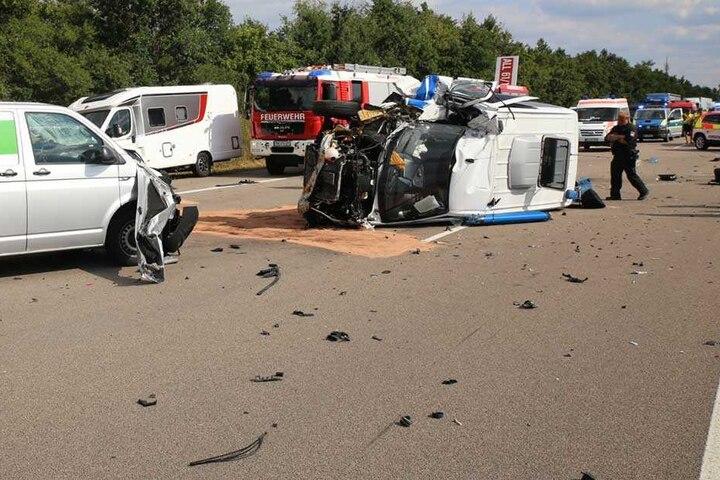 Insgesamt fünf Fahrzeuge waren in den Crash verwickelt, überall auf der Autobahn waren Trümmerteile verteilt.