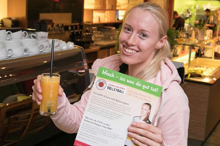 Barbora Purchtavova (22) mit einem gesunden Drink und einem Flyer, auf dem sie auch selbst zu sehen ist.