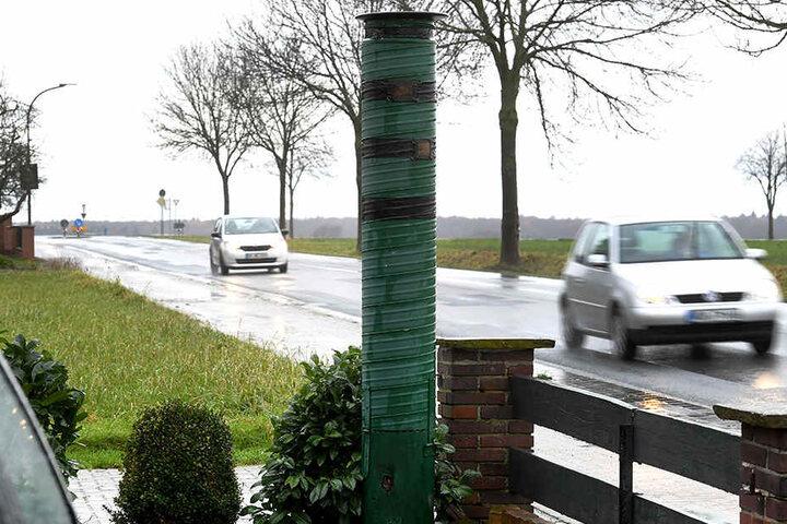 Obwohl der Blitzer nicht echt ist, bremsen die Leute am Steuer dennoch. Davon zeugen Spuren auf der Straße.