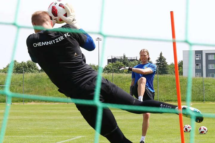 Der neue Torwarttrainer Marcel Höttecke schießt seinen Schützling Jakub Jakubov warm. In den kommenden Tagen/Wochen soll ein dritter Keeper das kleine Team im großen Team komplett machen.