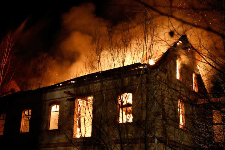 Das alte Industriegebäude stand komplett in Flammen.