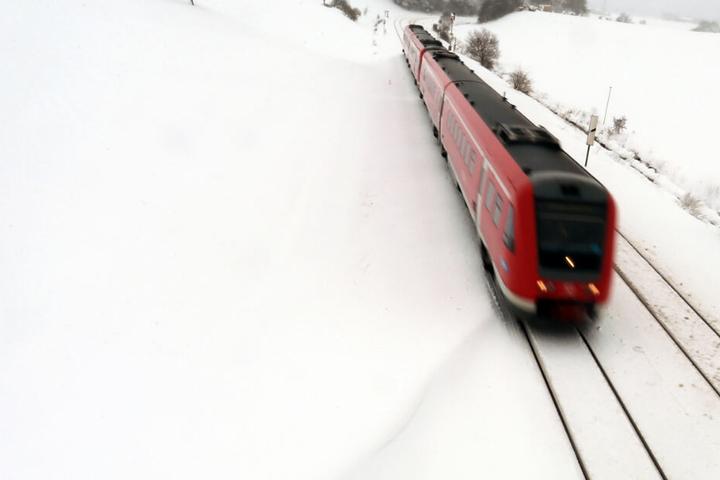 Der Wintereinbruch in Bayern hat weiter teils erhebliche Auswirkungen auf den Bahnverkehr.