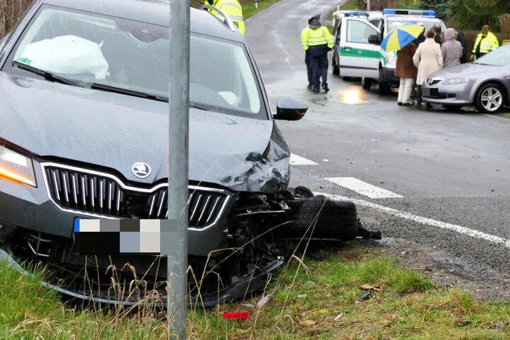 An dem Skoda riss das Vorderrad ab. Vier Personen wurden bei dem Unfall verletzt.