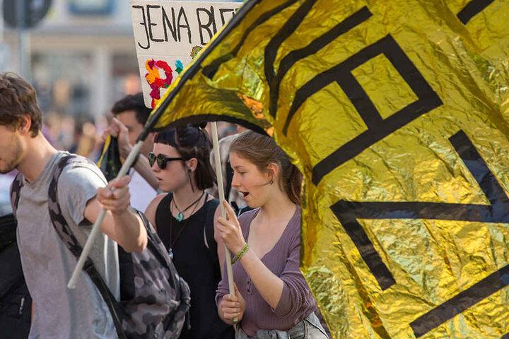 Die meisten Gegendemonstranten zeigten mit bunten Bannern ihre Meinung. Einige versuchten jedoch mit Gewalt die Polizei-Blockade zu durchbrechen.