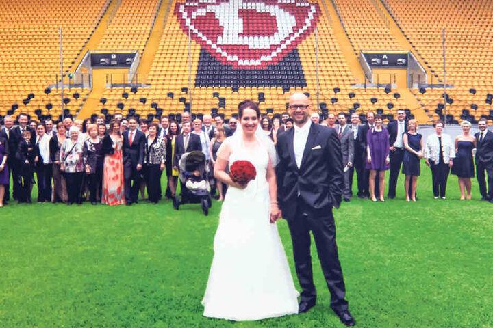 Familie Pflaume bei ihrer Traumhochzeit im Stadion.