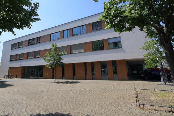 An dieser Schule hatten die Eltern des Jungen Hausverbot (8), weshalb sie ihr  Kind nicht in den Unterricht schickten.
