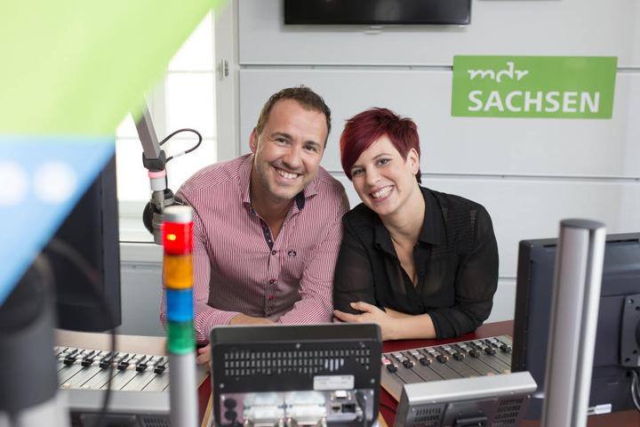 Die MDR SACHSEN-Morgenmoderatoren Elena Pelzer & Silvio Zschage im Studio. Sie machen die Sachsen montags bis freitags von 5 – 10 Uhr munter und freuen sich auf ihre Gäste am 13. November.
