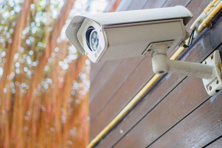 Eine Kamera zur Überwachung angebracht? Das kann für Privatleute richtig teuer werden. (Symbolbild)