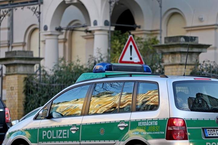Ein Polizeiwagen steht vor dem Haus des Justizministers. Die Beamten sichern Pflastersteine und Reste von Buttersäure-Stinkbomben.