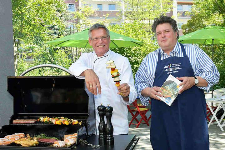 Koch Frank Rehwald (60) und VHS-Direktor Jürgen Küfner (52) machen Appetit auf das neue Programm der Volkshochschule.