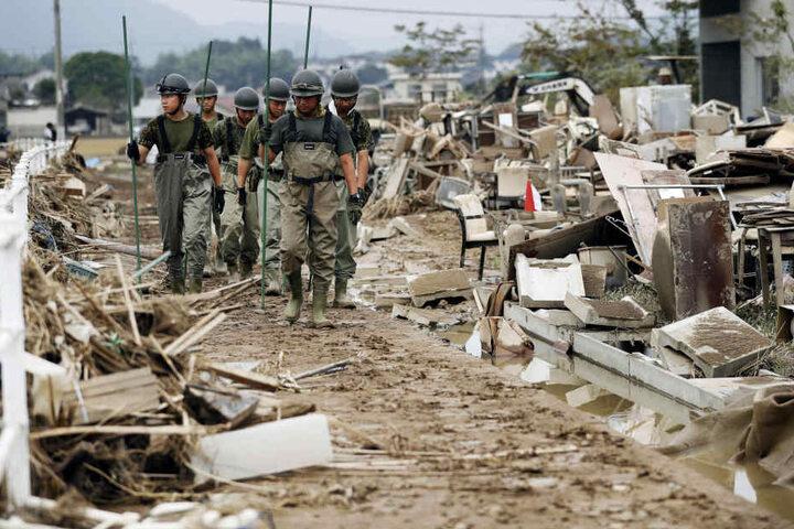 Rettungskräfte suchen weiter nach vermissten Anwohnern. Die Zahl der Todesopfer im Westen Japans ist auf 200 gestiegen.