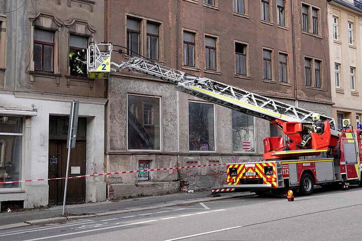 Mit Hilfe einer Drehleiter sicherte die Chemnitzer Feuerwehr Fenster in der Frankenberger Straße.