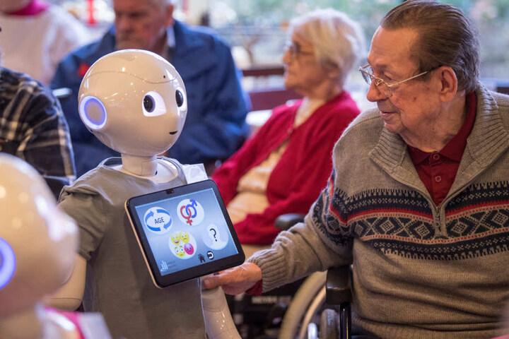 Die Bewohner traten mit den Robotern in Interkation.