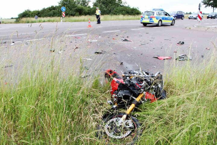 Der Kradfahrer wurde bei dem Unfall schwer verletzt und musste ins Krankenhaus gebracht werden.