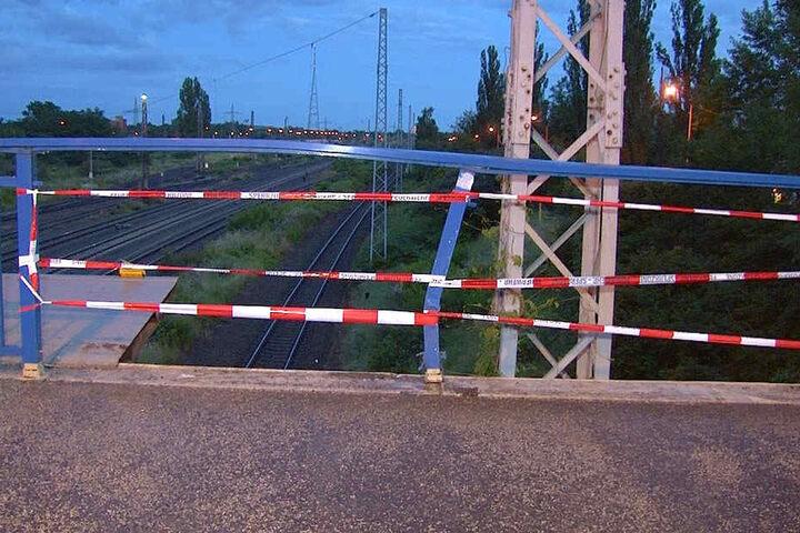 Glück im Unglück: Mit seinem Pkw blieb der Fahrer im Brückengeländer stecken.