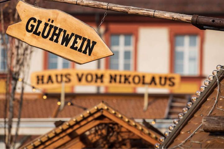 Sonne satt und fast 20 Grad? Der erste Weihnachtsmarkt des Jahres hat bereits geöffnet.