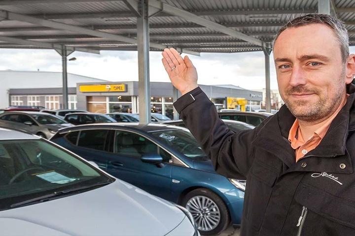 Betriebsleiter Marco Schiffmann (37) steht vor dem neu überdachten und auch  nachts beleuchten Fahrzeughof.