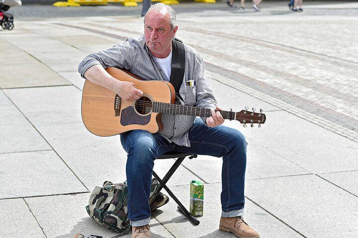 Er macht's noch klassisch: Tommy (53) aus Dresden spielt Gitarre - ganz ohne Elektro-Schnickschnack.