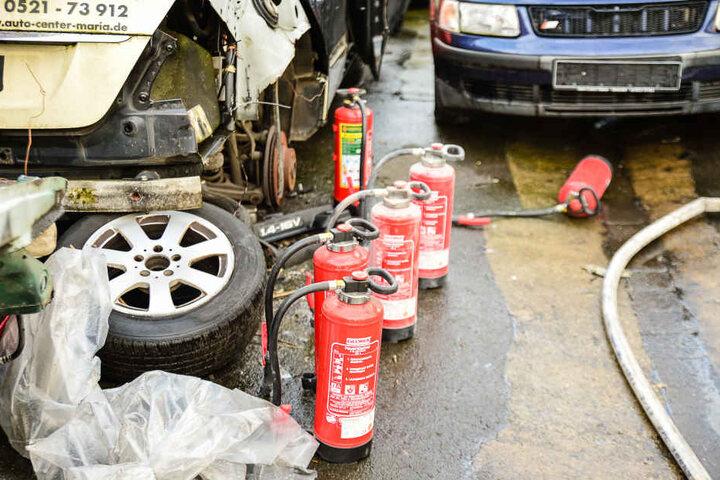 Die Feuerlöscher wurden beim Löschversuch der Mitarbeiter verwendet. Ein Praktikant verletzte sich am Bein.