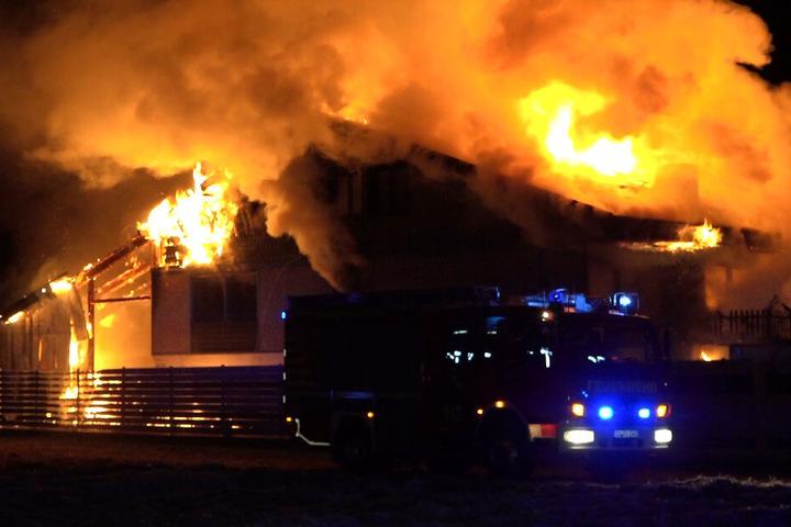 Das Feuer bracht mitten in der Nacht aus.