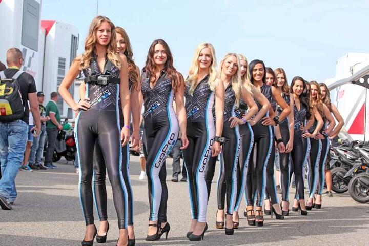 Sexy Outfits und ein süßes Lächeln: Sportlich elegant sollen die Damen für diesen Job sein.