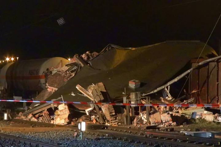 Das Stellwerk ist über dem Zug zusammengebrochen.