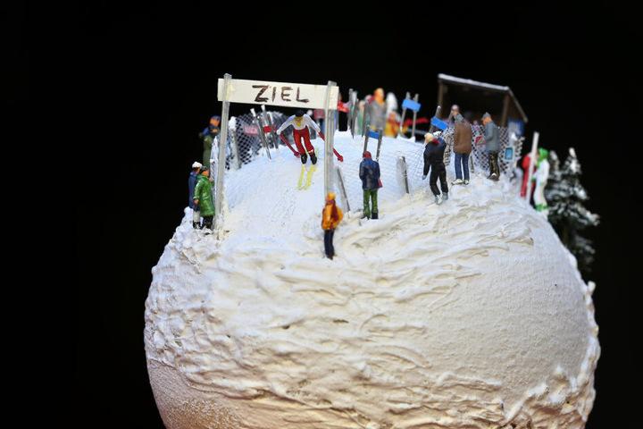 Ein Straußenei auf dem eine Miniatur-Skipiste mit Sportlern und Zuschauern installiert ist, ist im Allgäuer Ostereier-Museum ausgestellt.