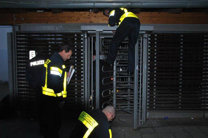 Die Feuerwehr musste den Mann befreien...