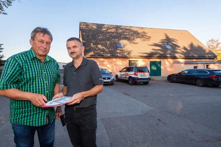 Die Pläne gibt es schon, noch aber müssen Jens Jentzsch (54, l.) und Jan Hopfe (48) vom Sportverein SV 92 auf eine neue Turnhalle in Euba warten.