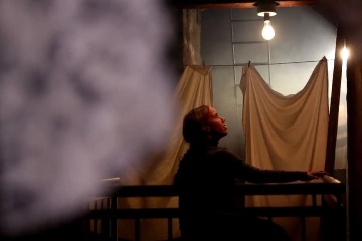 In der Serie wird die Begegnung mit der dunklen Erscheinung auf dem Dachboden  nachgestellt.