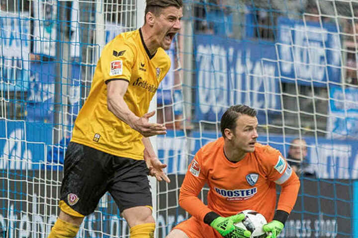 Stefan Kutschke (l.) schreit seinen Frust heraus, nachdem sich Bochums Schlussmann Manuel Riemann den Ball geschnappt hat.