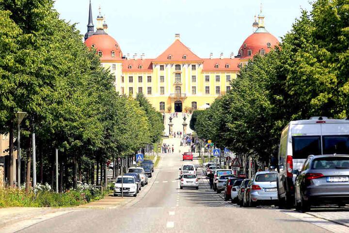 Die Schlossallee zu Moritzburg ist eigentlich die pure Idylle. Hier fuhr der  Rentner einen Paketfahrer um.