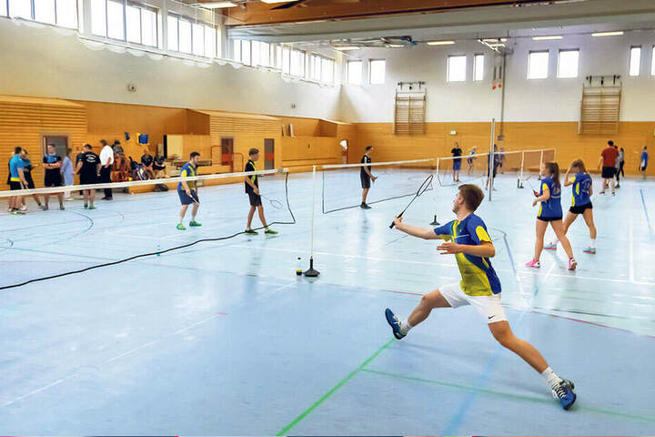 Badminton für alle: Das Turnier fand in der Turnhalle am Goldkindstein statt. Julius Gerdes (24, r.) zeigt, wie schnell die Sportart sein kann.
