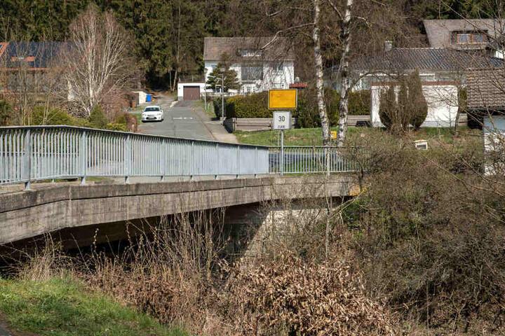 Von dieser Brücke baumelten die Gullydeckel an Seilen herunter.