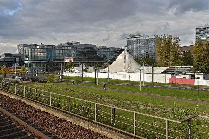 """Auch diese Freifläche an der """"Prager Spitze"""", aktuell Parkplatz eines  Nachtclubs, könnte mit dem zentralen Busbahnhof bebaut werden."""