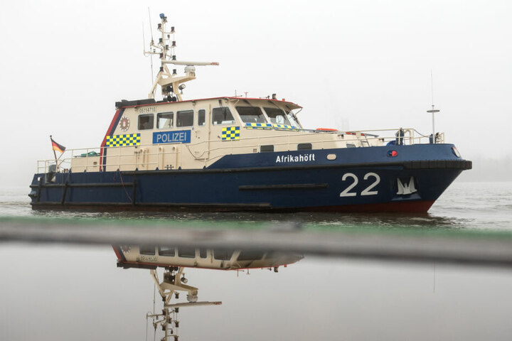 Ein Polizeiboot war zufällig in der Nähe, als ein Segelboot kenterte. (Symbolbild)