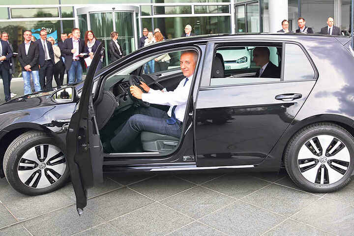 """Ministerpräsident Stanislaw Tillich (58, CDU) fuhr im E-Golf vor der VW-Manufaktur vor: """"Berauschend."""""""