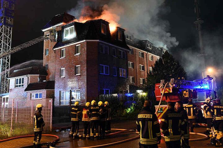 Feuerwehrleute löschten den Brand eines Hotels. Beim Großbrand sind sechs Menschen durch Rauchvergiftungen leicht verletzt worden.