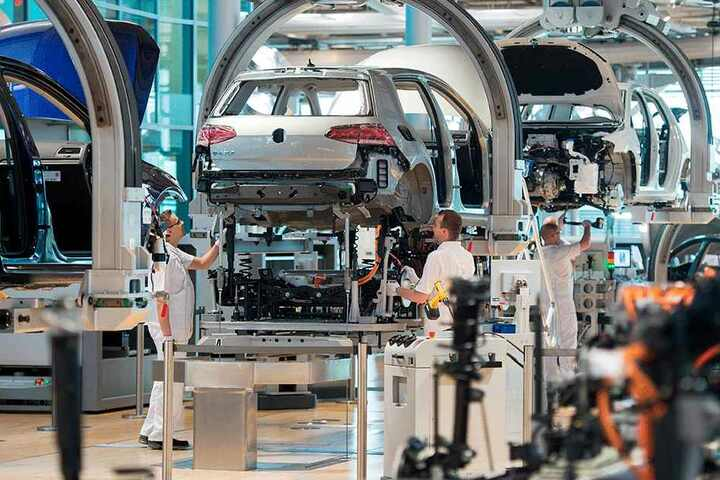 Der E-Golf bei der Montage. Das Zwickauer VW-Werk wird in Zukunft zur Konzernzentrale für die E-Mobilität.
