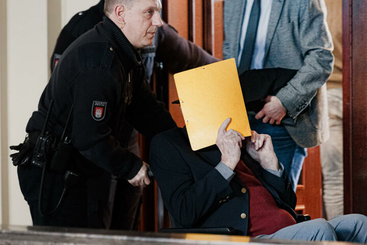 Ein Justizbeamter bringt Bruno D. in den Gerichtssaal. (Archivbild)