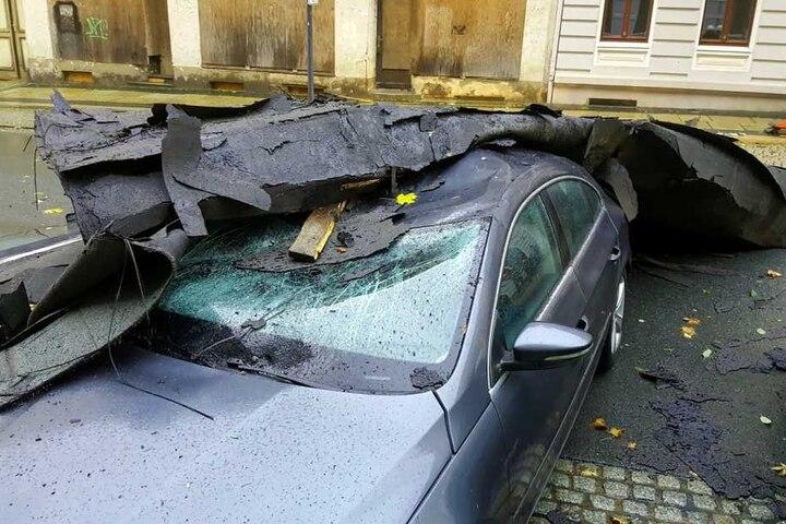 In Görlitz zerstörte ein herumfliegendes Dach ein parkendes Auto.
