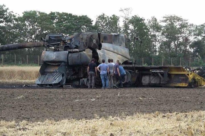 Die Maschine blieb als Totalschaden auf dem Acker zurück.