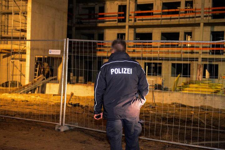 Ein Polizist am Tatort in der Wilhelm-Külz-Straße.