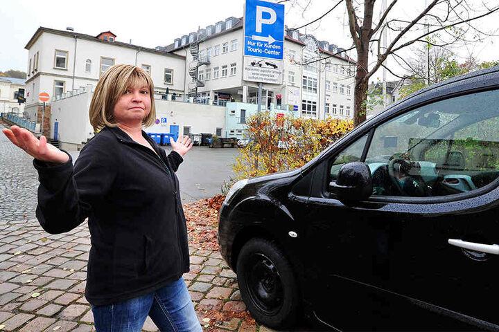 Die Gäste von Doreen Leinert werden nicht nur in ihrer Nachtruhe gestört, die Baustelle verursacht auch ein Parkplatzproblem.