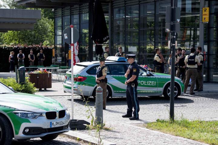 Nach den Schüssen auf die Beamtin rückte ein Großaufgebot von Kollegen zum Tatort aus. Sogar ein Heli kreiste über Unterföhring. Der Bahnhof wurde abgeriegelt.