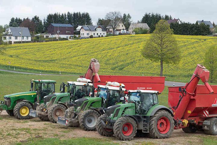 GPS-gesteuerte Traktoren der Ruppendorfer Argrargesellschaft stehen bei Klingenberg vor einem Rapsfeld.