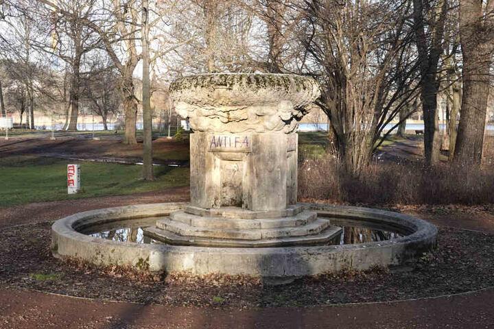 Auch ein Brunnen am Schloßteich wurde beschmiert.
