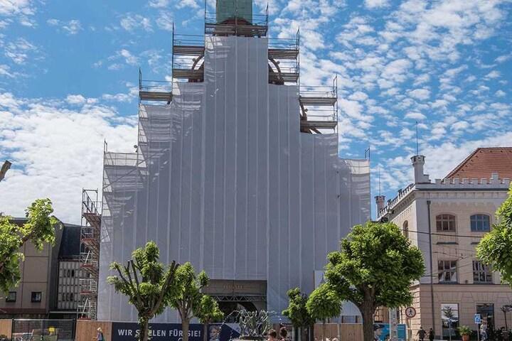 Die historische Fassade das Zwickauer Gewandhauses ist wegen der Arbeiten  derzeit verhüllt.